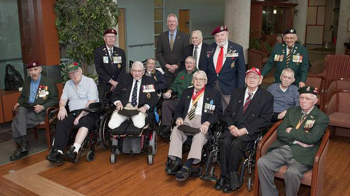 Consul General Kevin Johnson at the Veterans Centre with Sunnybrook's Korean War veterans. They received Certificates of Appreciation from the U.S. Department of Defence.
