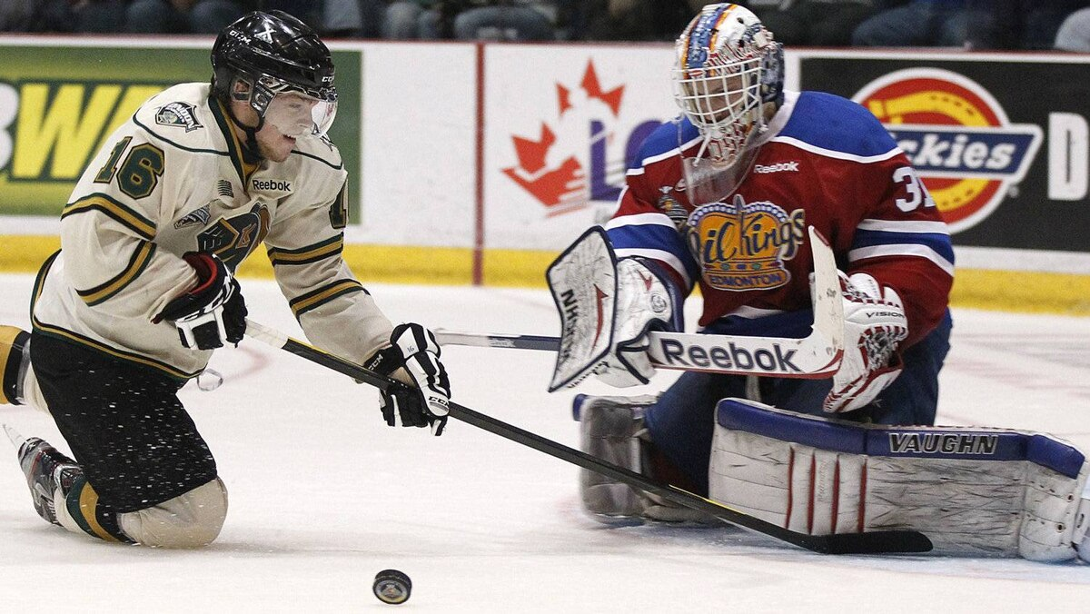 London Knights' Max Domi (16) loses control of the puck as he falls on the ice against the Edmonton Oil Kings during the first period of their round-robin Memorial Cup ice hockey game in Shawinigan, Quebec, May 22, 2012. REUTERS/Mathieu Belanger
