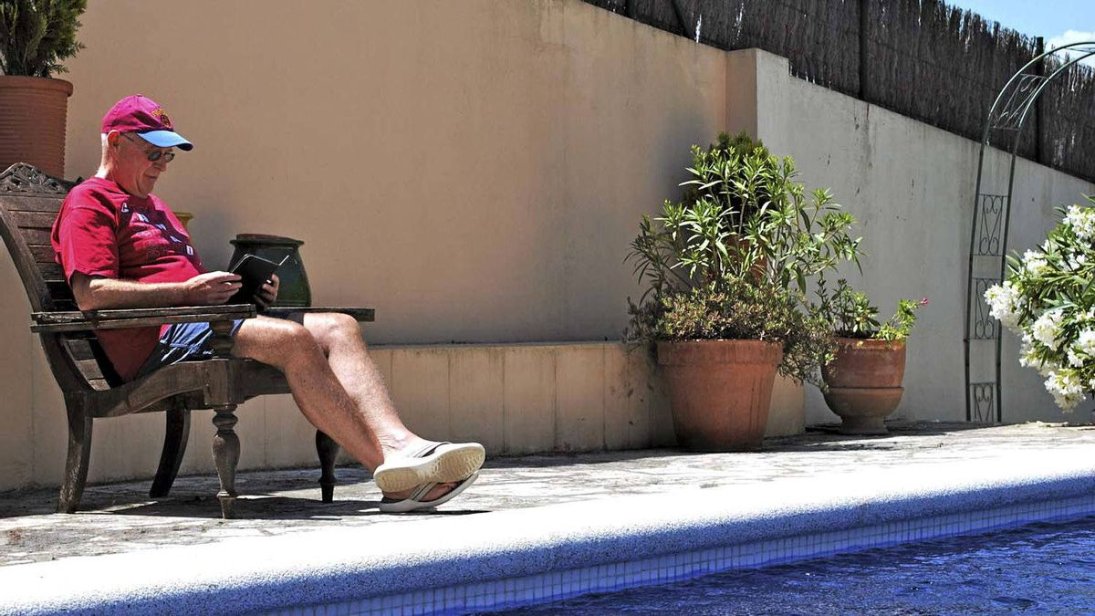 Quintin Jardine e-reads by the pool in Spain.