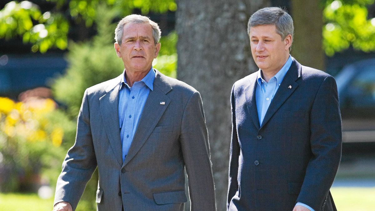 Canadian Prime Minister Stephen Harper (R) and U.S. President George W. Bush walk to the North American Leaders Meeting 21 August 2007 during the Security and Prosperity Partnership (SPP) summit in Montebello, Quebec.