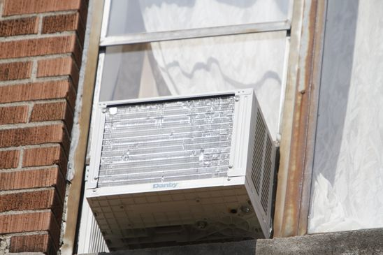 As temperatures rise, Toronto tenants told to not use window air conditioners due to risk of falling units