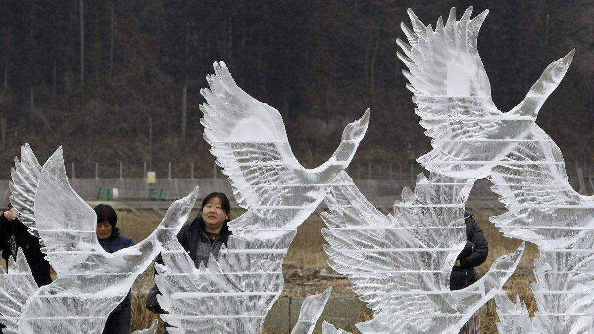 Passersby admire an ice sculpture for the victims of the 2011 earthquake in Rikuzentakata, Iwate prefecture, on Sunday.