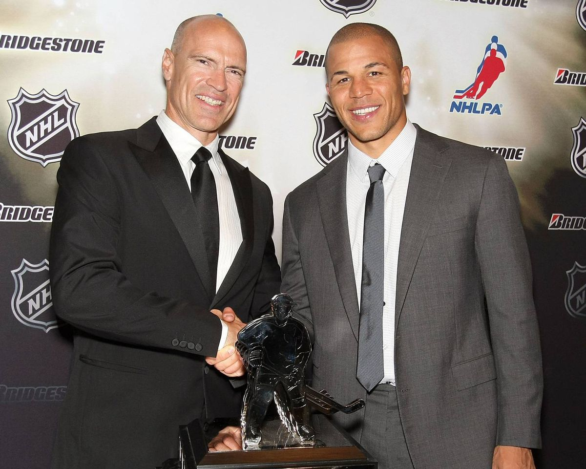 NHL Hall of Famer Mark Messier poses with Jarome Iginla of the Calgary Flames, right, winner of the Messier Leadership Award.