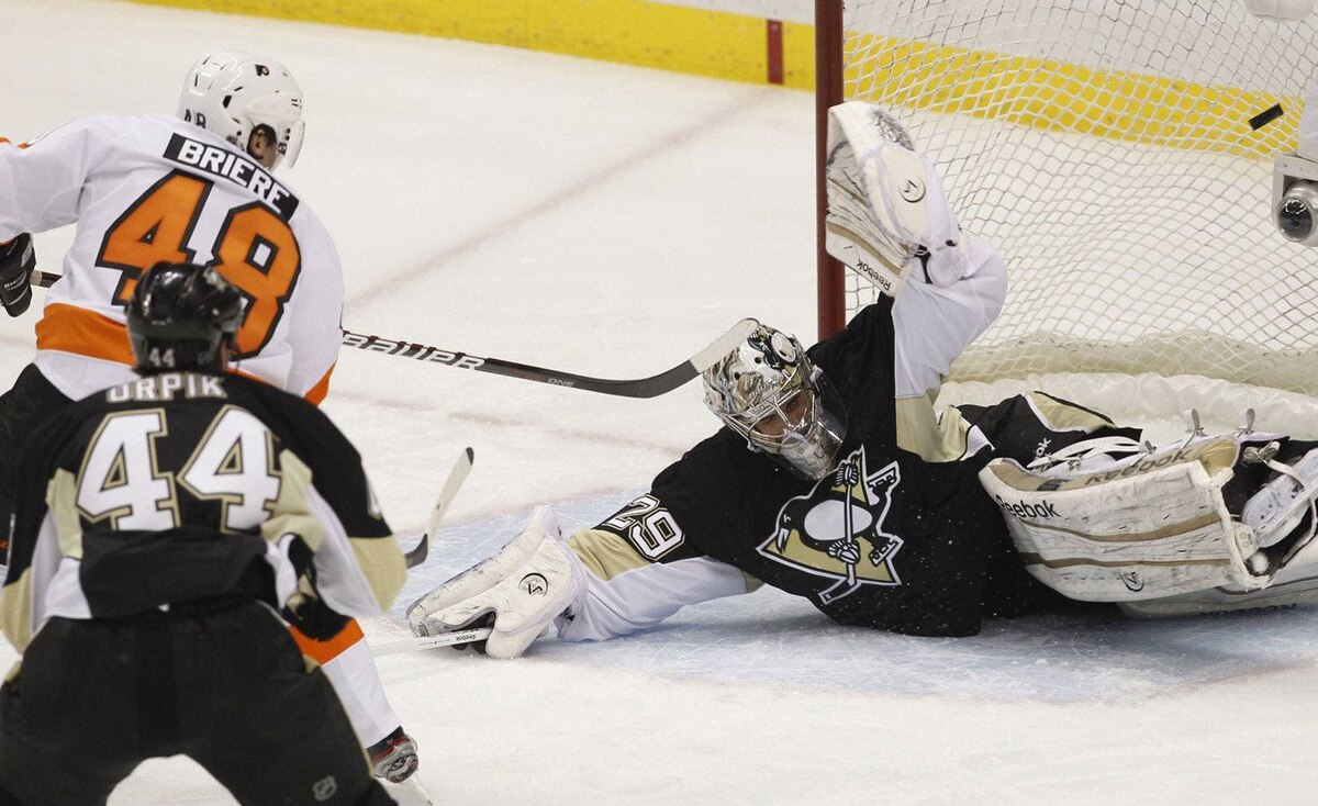 Philadelphia Flyers' Danny Briere (48) scores against Pittsburgh Penguins goalie Marc-Andre Fleury (29) in the second period of Game 1 of their NHL Eastern Conference quarter-final hockey game in Pittsburgh, Pennsylvania, April 11, 2012.