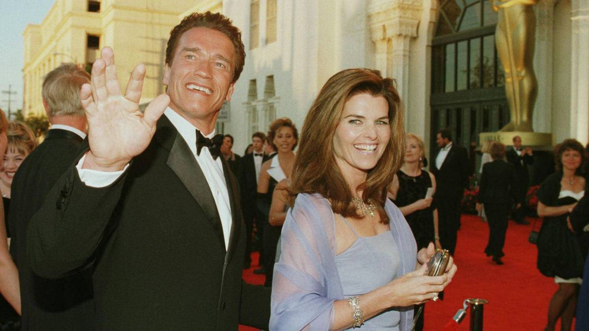 Actor Arnold Schwarzenegger (L) and his wife reporter Maria Shriver (R) arrive for the 70th Annual Academy Awards, March 23, 1998, in Los Angeles, CA.