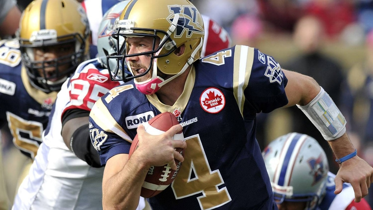 Winnipeg Blue Bombers quarterback Buck Pierce runs the ball against the Montreal Alouettes during first half CFL action in Winnipeg, October 22, 2011. REUTERS/Fred Greenslade