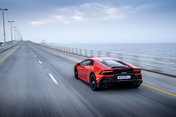Review The Digital Brain In Lamborghini S 2019 Huracan Evo Makes It