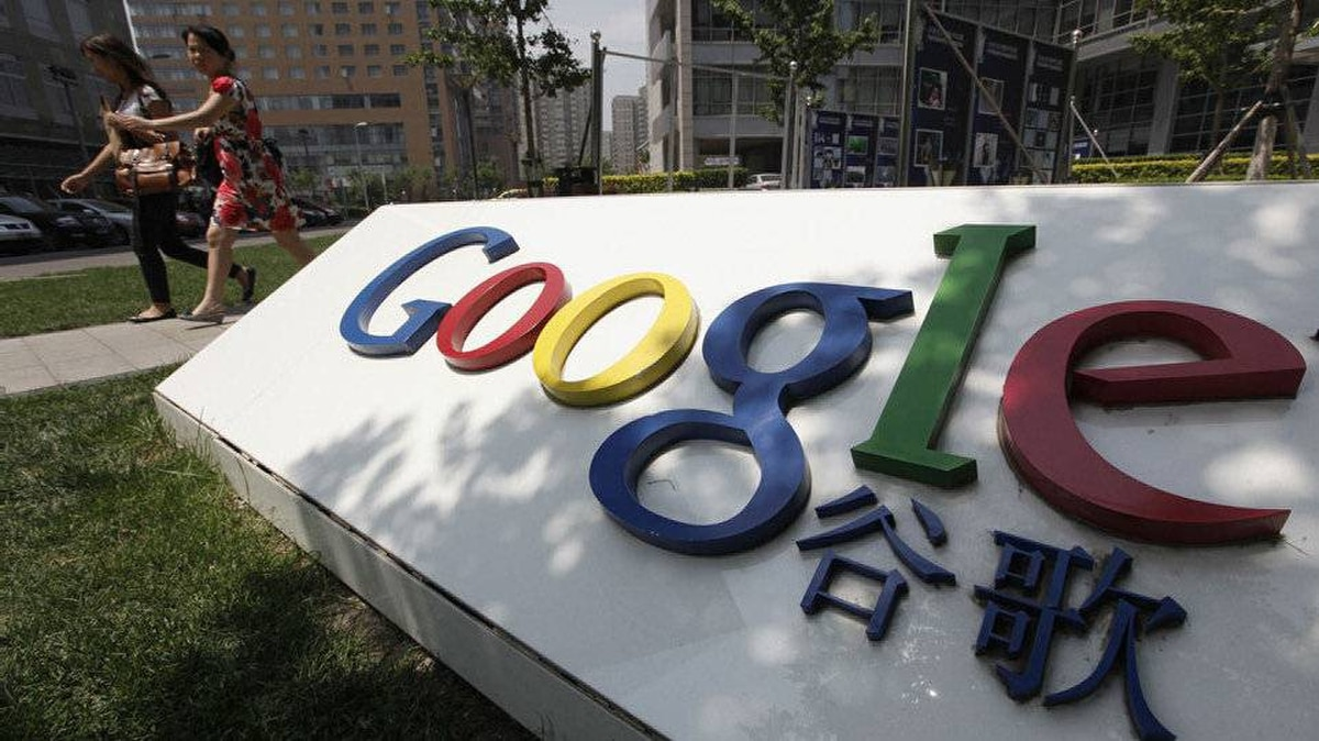 Women walk past the logo of Google in front of its former headquarters, in Beijing June 2, 2011. Suspected Chinese hackers tried to steal the passwords of hundreds of Google email account holders, including those of senior U.S. government officials, Chinese activists and journalists, the Internet company said.
