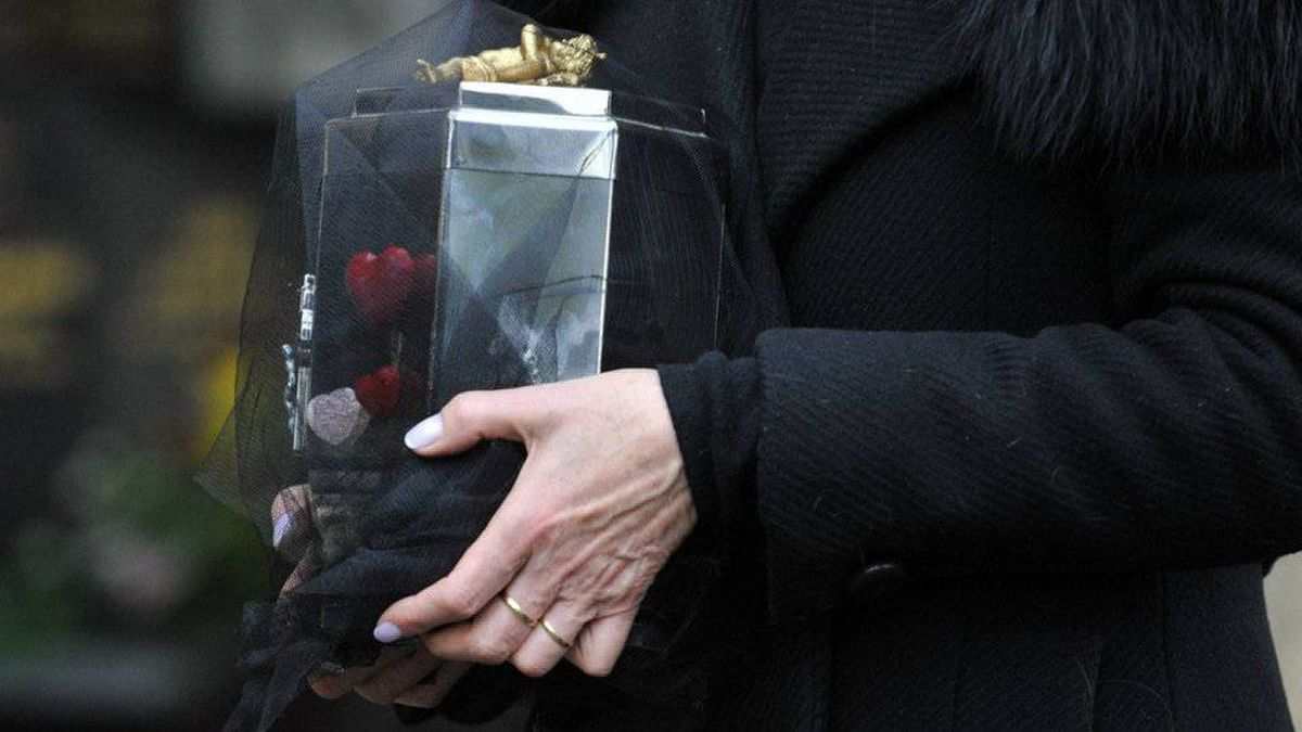 Dagmar Havlova, the widow of Czech President Vaclav Havel, holds the urn with his ashes at the Vinohrady Cemetery in Prague, Wednesday, Jan. 4, 2012.