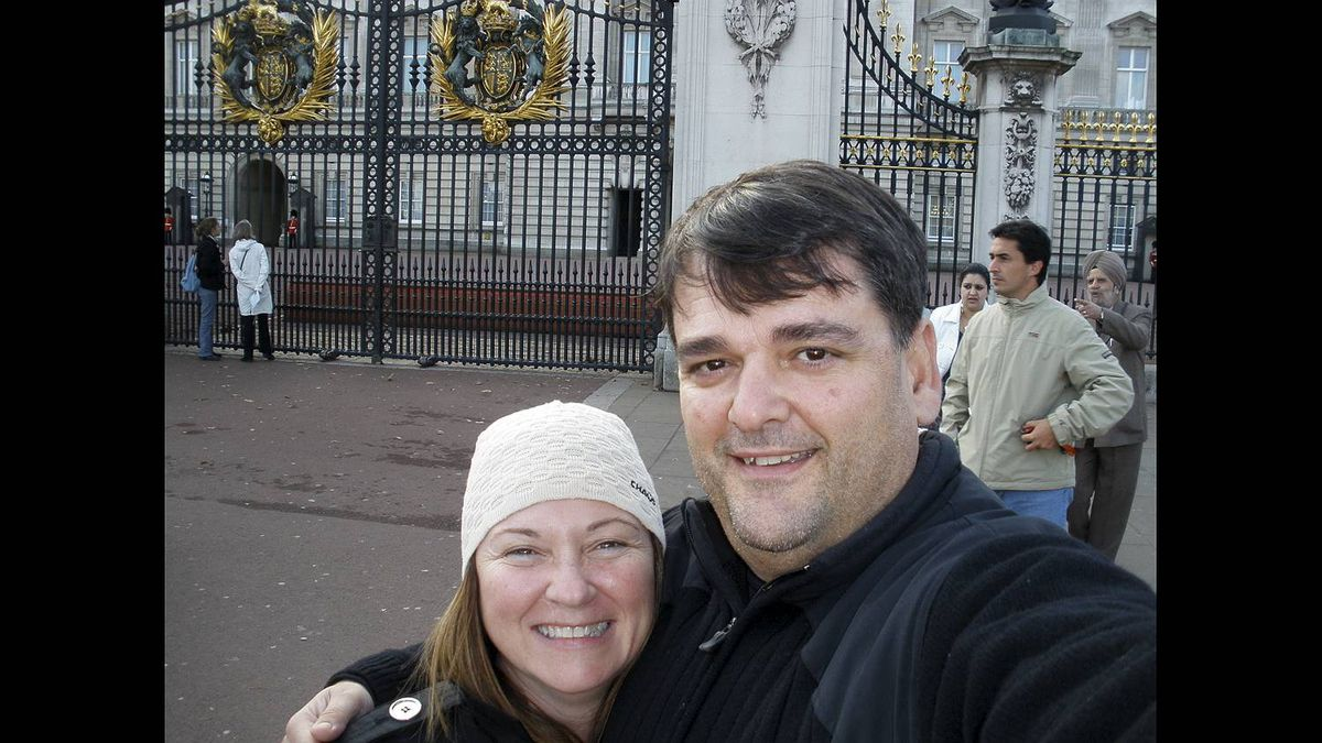 Christos Kyrtsakas photo: In front of Buckingham palace - Spending some quality time with my wife of 22 years