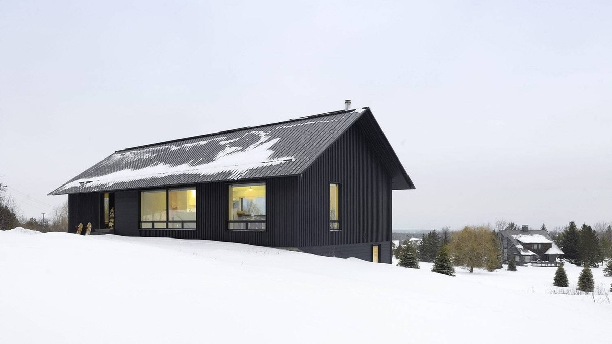 The ski retreat is based on a straightforward design theme rendered in inexpensive materials.