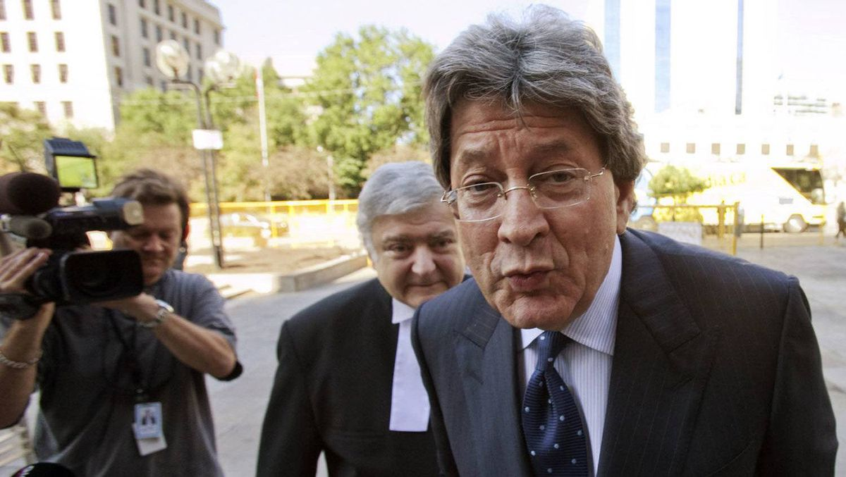 Livent Inc. co-founder Garth Drabinsky arrives at the courtroom with his lawyer Edward Greenspan (L) for his sentencing hearing in Toronto August 5, 2009.