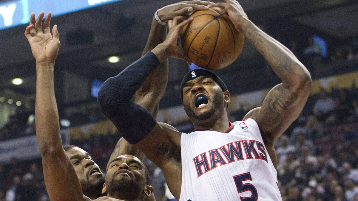 Toronto Raptors forward Alan Anderson, left, battles for the ball against Atlanta Hawks forward Josh Smith on Monday.