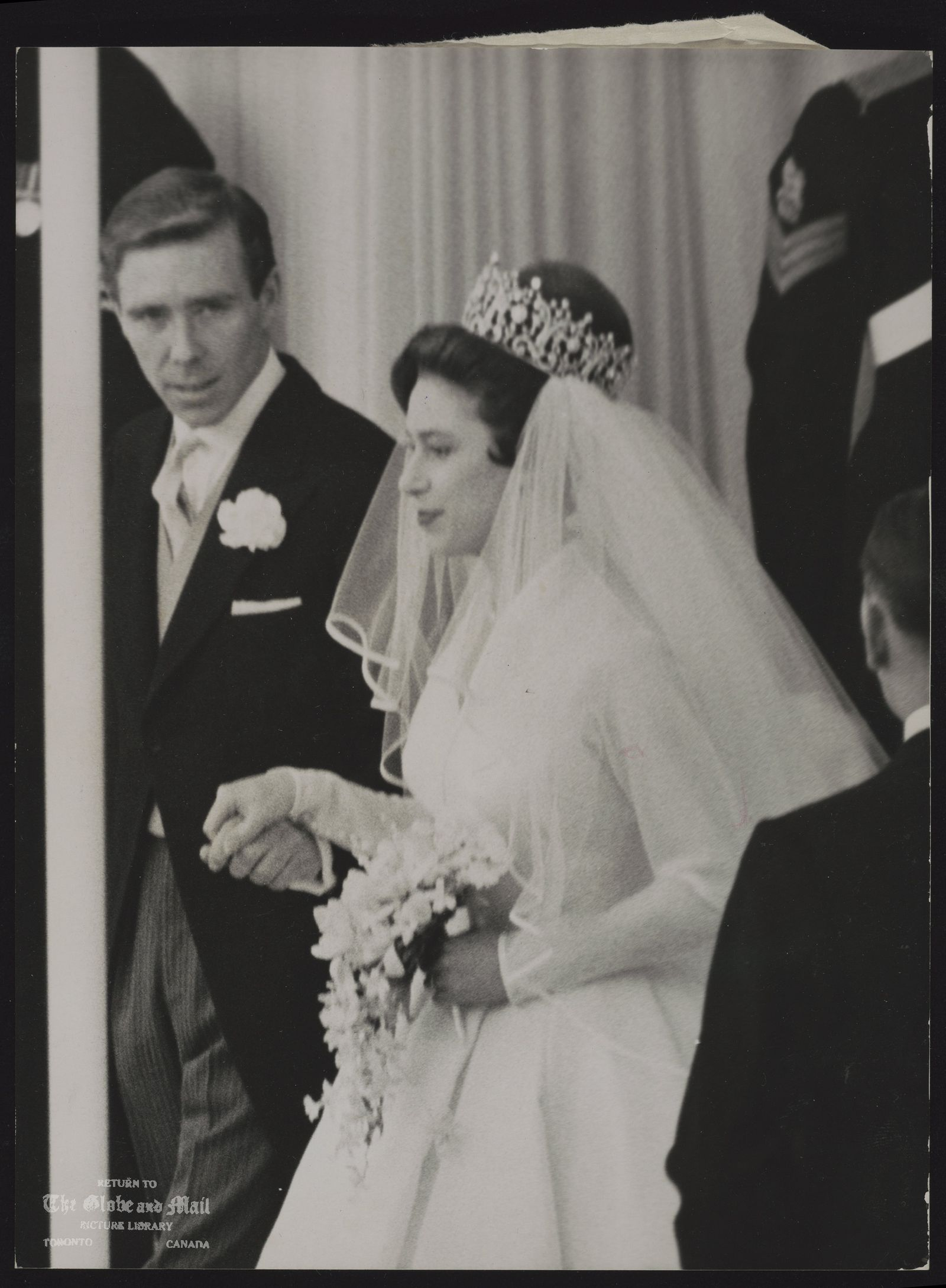 ROYAL FAMILY Gt. Britain Princess Margaret (Wedding) PRINCESS AND BRIDGEROOM LEAVE THE ABBEY HAND IN HAND -- PRINCESS MARGARET AND HER BRIDEGROOM, MR. ANTONY ARMSTRONG-JONES, LEAVE WESTMINSTER ABBEY, LONDON, TODAY MAY 6, 1960 AFTER THEIR WEDDING.