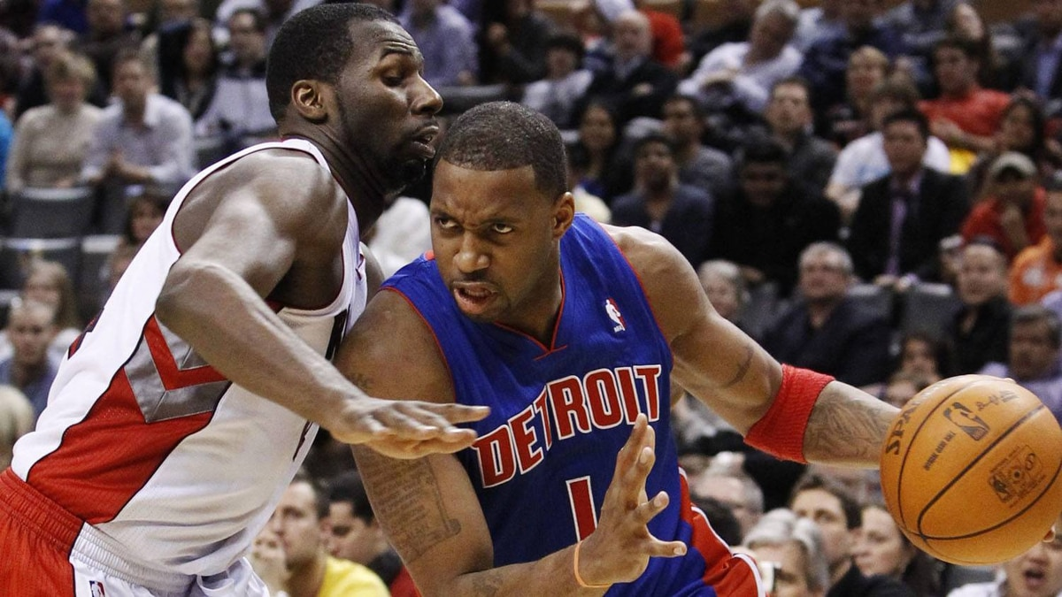 Detroit Pistons Tracey McGrady goes to the net against Toronto Raptors Julian Wright (L) during the second half of their NBA basketball game in Toronto, January 14, 2011. REUTERS/Mark Blinch