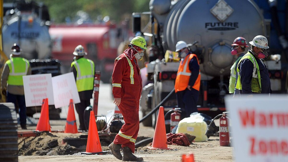 Enbridge workers clean up the oil spill in Romeoville, Ill.,