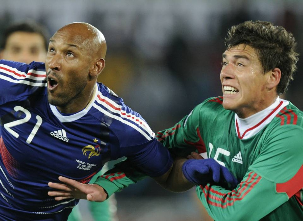 Mexico's defender Hector Moreno, right, vies with France's striker Nicolas Anelka during their Group A first round 2010 World Cup football match on June 17, 2010 at Peter Mokaba stadium in Polokwane.