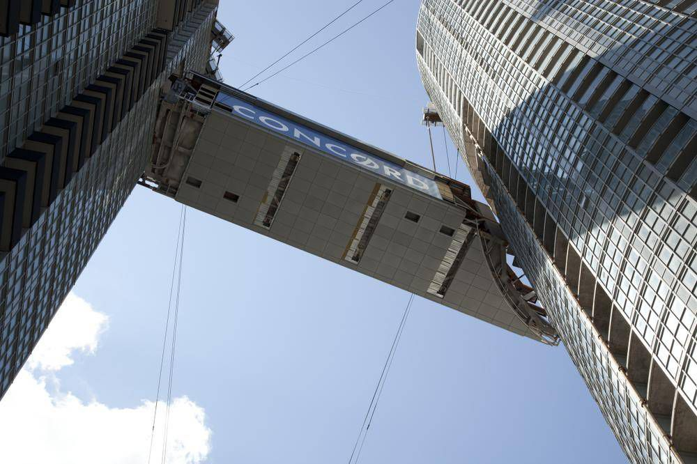 Unique SkyBridge hoisted into Toronto skyline - The Globe
