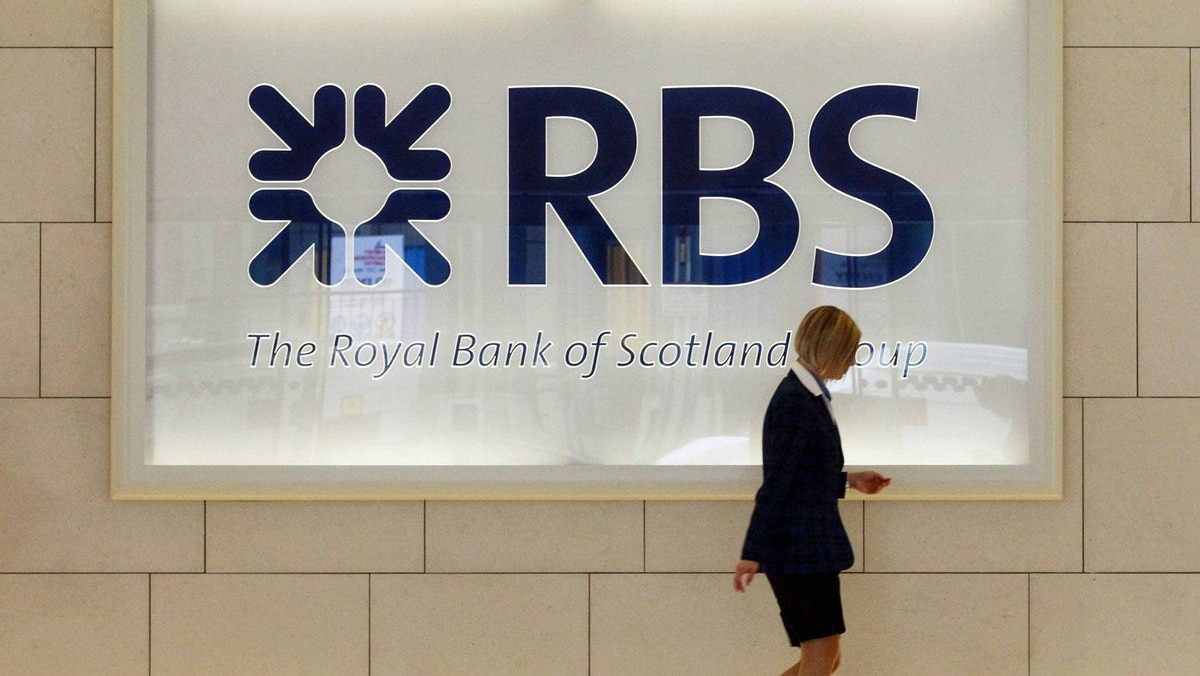 A worker walks in the foyer of a Royal Bank of Scotland (RBS) office in the City of London in this August 6, 2010 file photo.