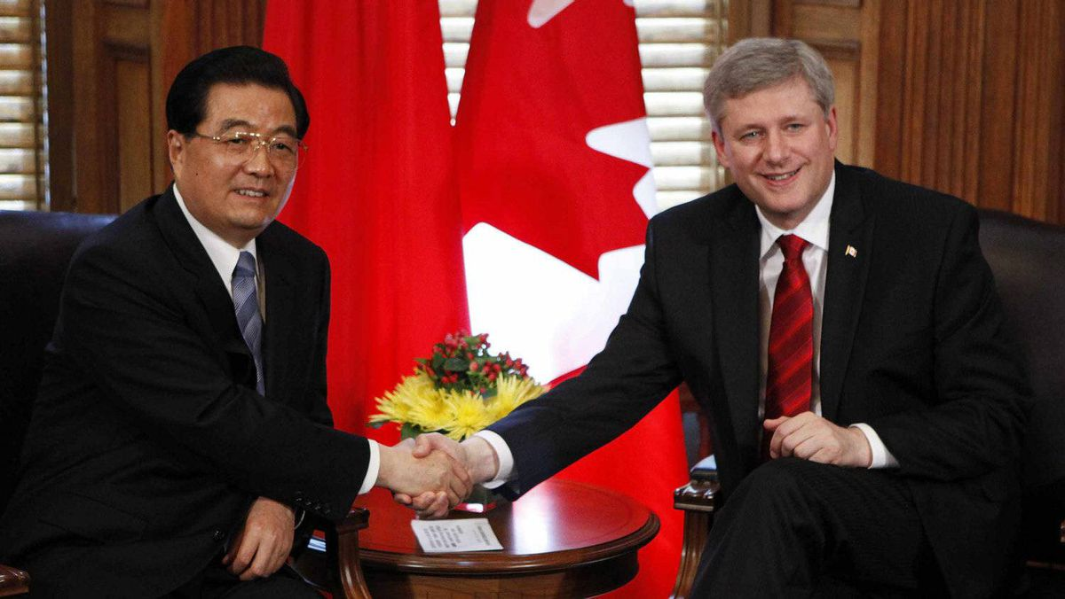 Canada's Prime Minister Stephen Harper (R) shakes hands with China's President Hu Jintao in Harper's office on Parliament Hill in Ottawa June 24, 2010.