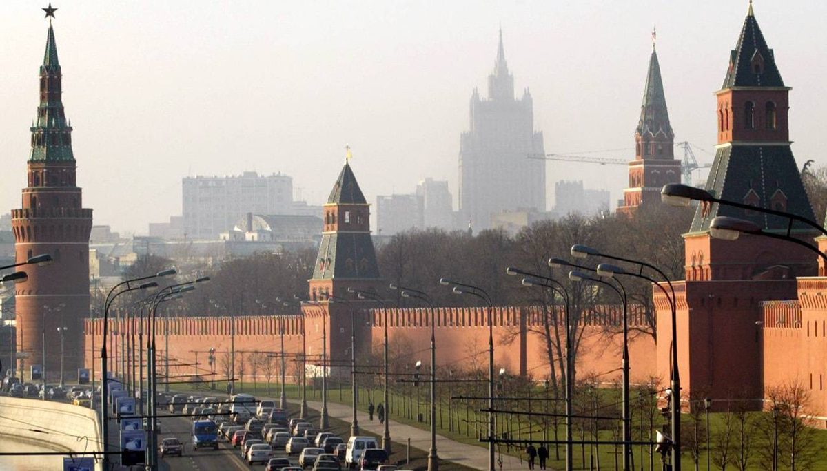 Traffic in front of the Kremlin