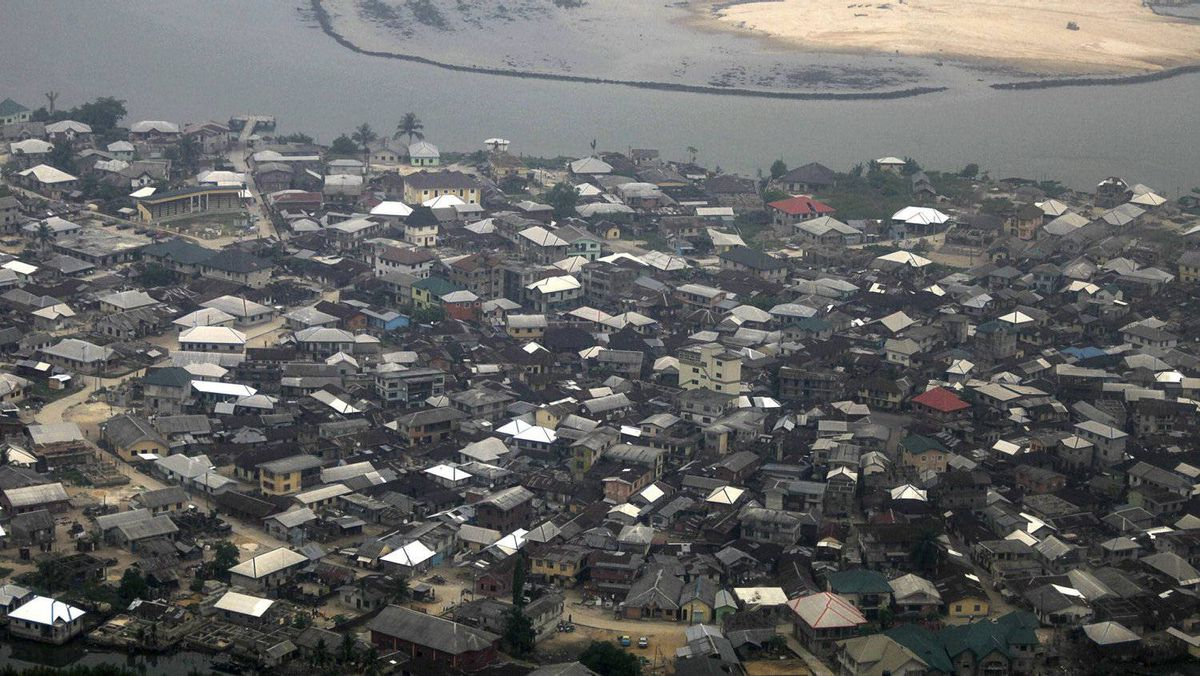 A cluster of houses is seen in Nigeria's Oil city of Port Harcourt March 24, 2011.REUTERS/Akintunde Akinleye (NIGERIA - Tags: SOCIETY)