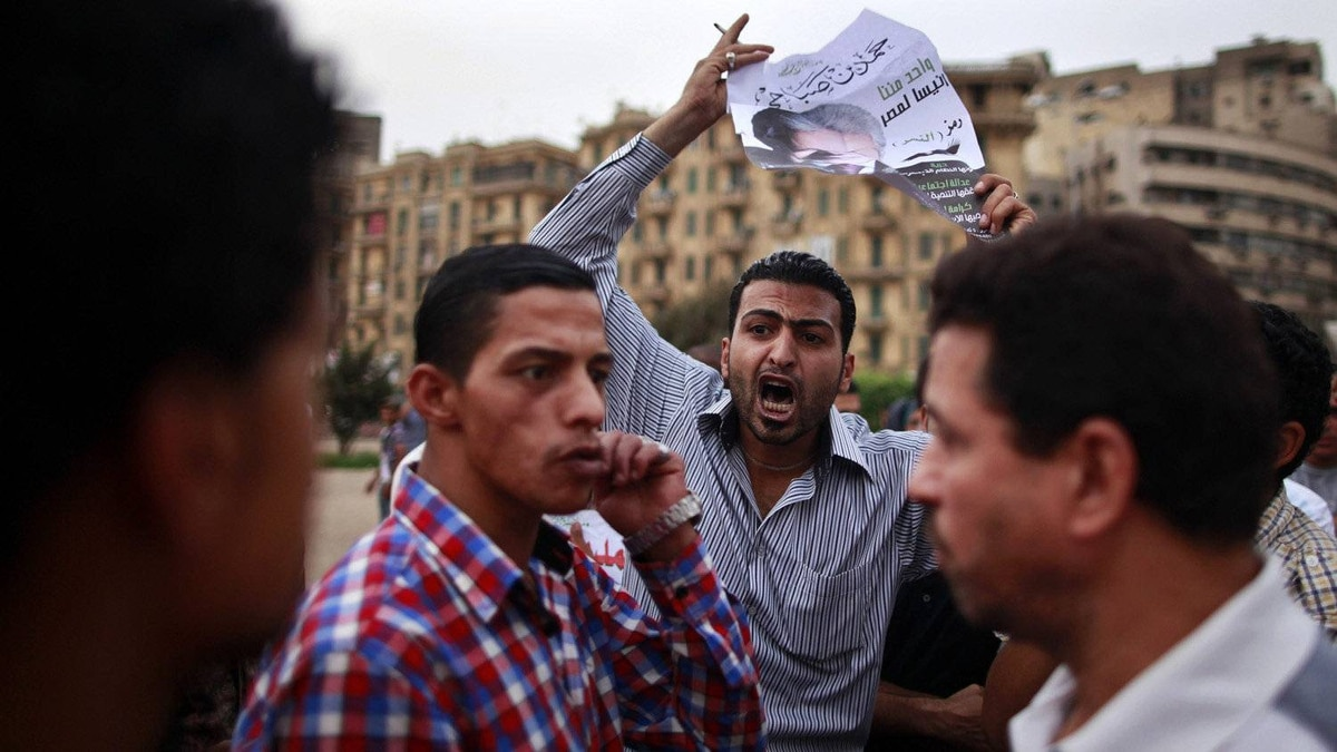Egyptians argue about the elections at Tahrir Square in Cairo May 26, 2012. The Muslim Brotherhood and a military man close to ousted leader Hosni Mubarak courted defeated first-round candidates in Egypt's presidential election on Saturday, each trying to claim the mantle of the uprising before a run-off next month.