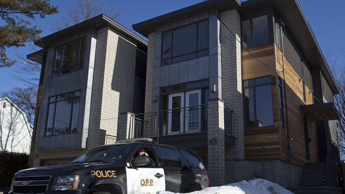 A Ontario Provincial Police vehicle sits outside the Ottawa home of Col. Russell Williams on Feb. 9, 2010. (Pawel Dwulit/The Canadian Press)