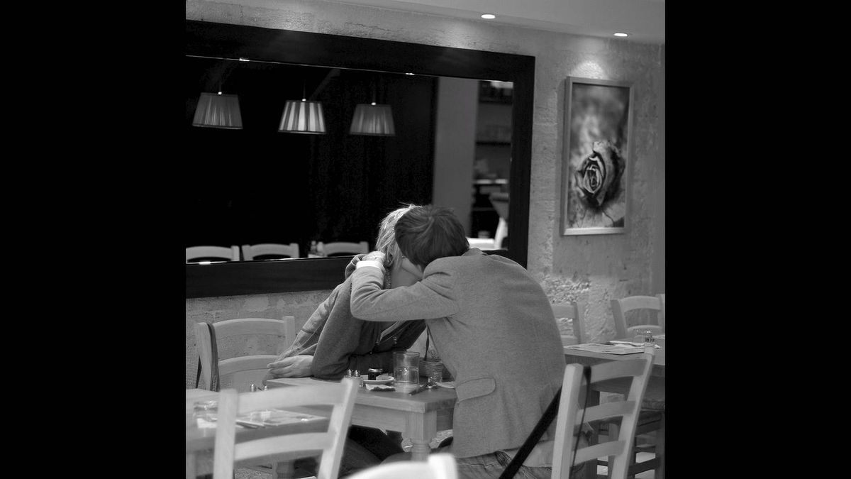 Jamshid Tajdolat photo: Lovers in Paris - This photo was taken on August 26, 2010 In a cafe in Rue de Rivoli near Hôtel de Ville, Paris I was just walking by and saw them kissing, took one shot