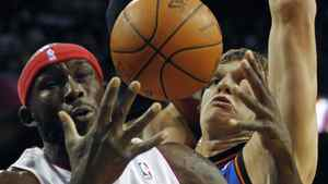 Toronto Raptors' Reggie Evans (L) and New York Knicks' Timofey Mozgov battle for a loose ball during the first half of NBA pre-season action in Montreal, October 22, 2010. REUTERS/Shaun Best