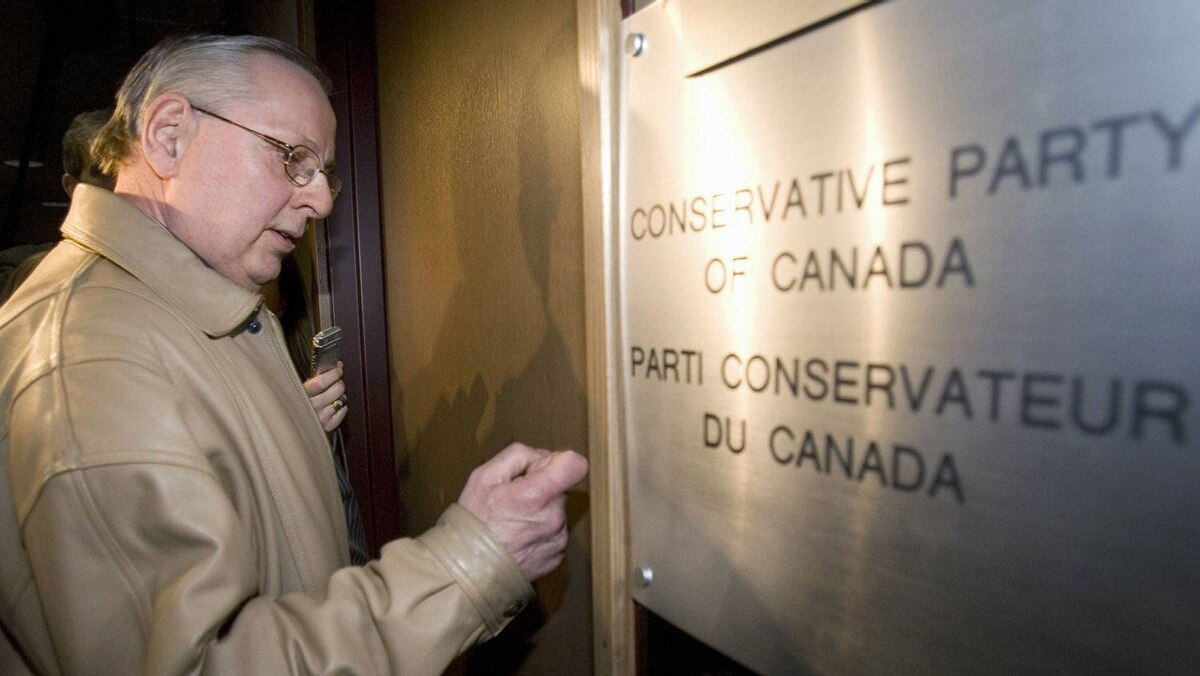An Elections Canada official knocks on the door of Conservative Party headquarters in Ottawa on April 15, 2008 during an RCMP raid.