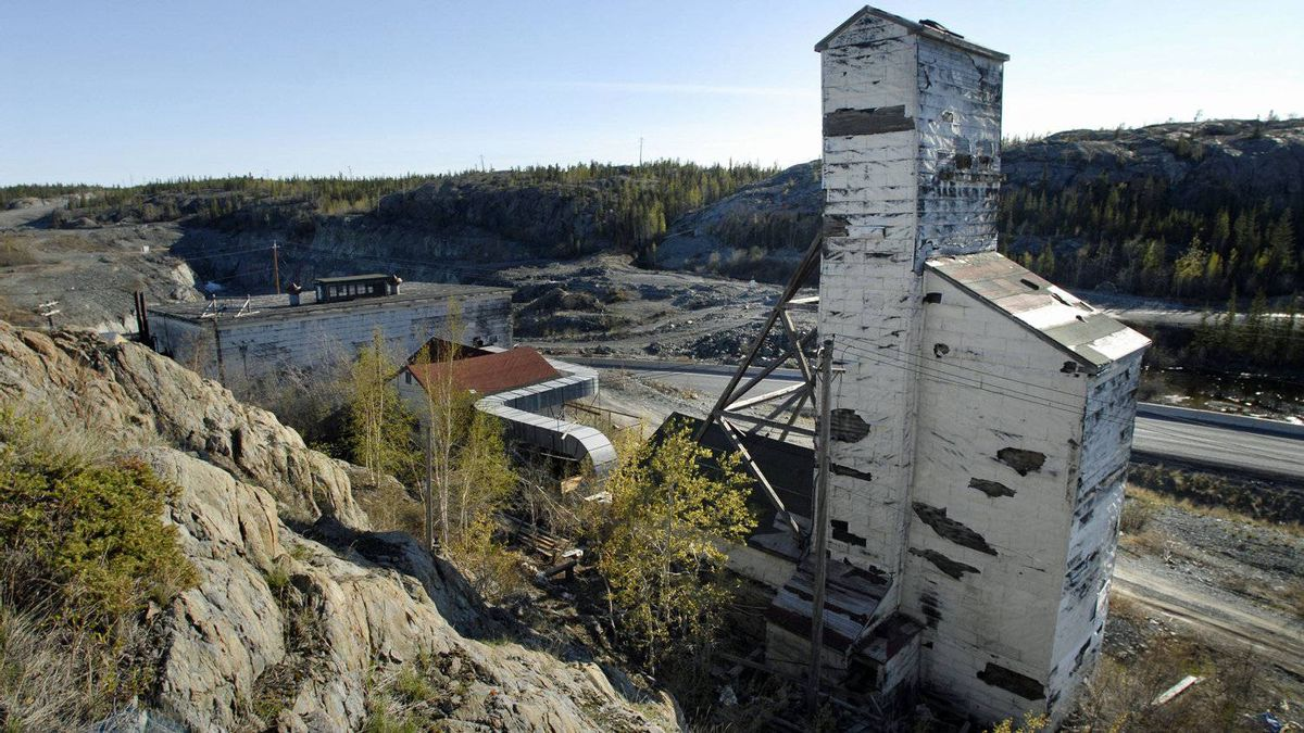 Environment Commissioner Scott Vaughan calls the Giant Mine in Yellowknife, shown in 2006, 'a cautionary tale' about the government's handling of contaminated sites.