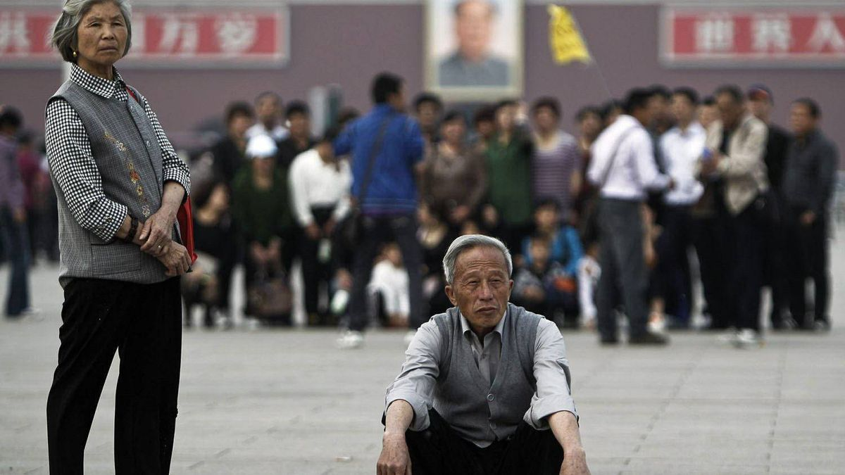 Elderly Chinese visit Tiananmen Square in Beijing on April 28, 2011. China's population is aging rapidly and half the people now live in cities, the government said Thursday.
