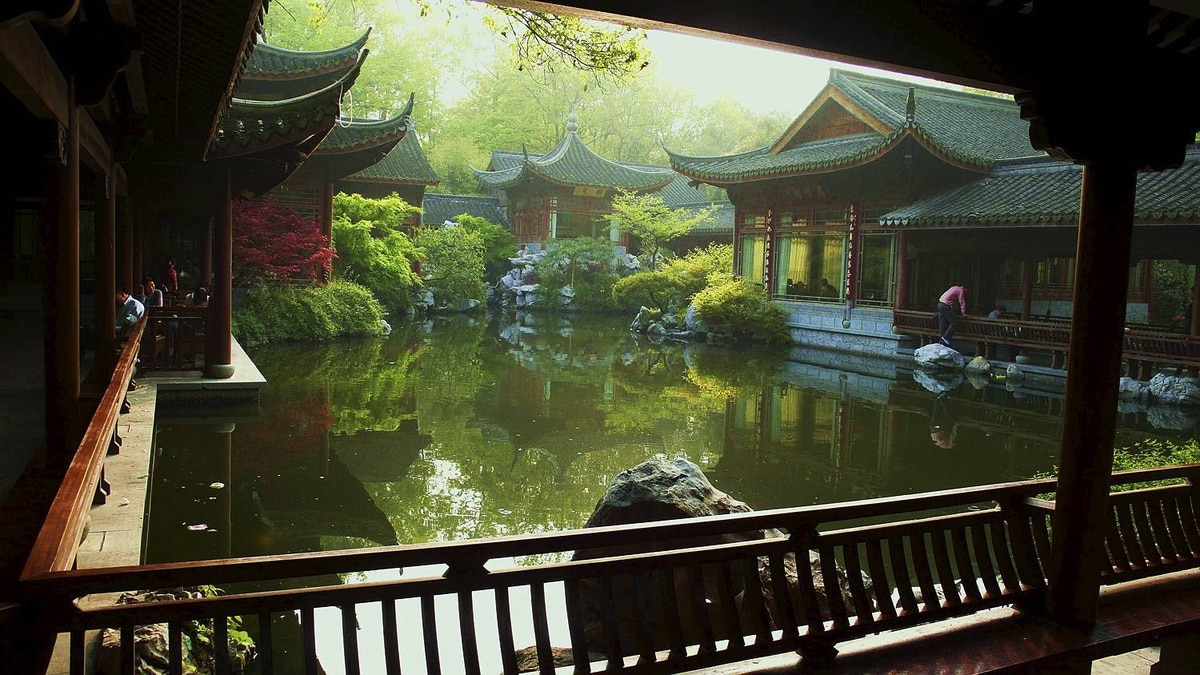 Lee Gunderson photo: The light in August: Chengdu, China - This give's a good impression of the effect of the old city of Chengdu with it's curves, tiles and wood frames. Stunning to say the least. The light accentuates the scene.