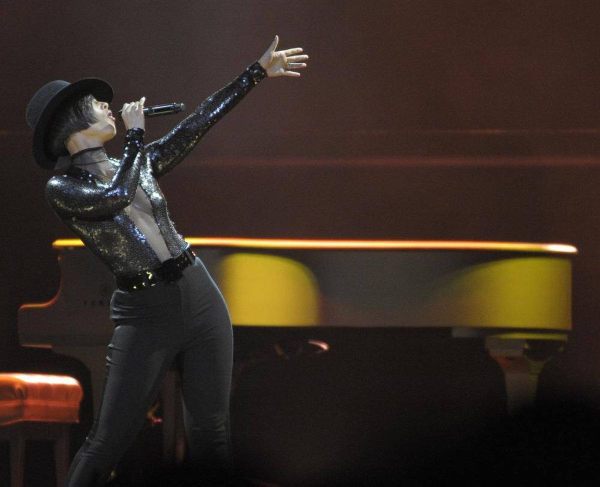 Alicia Smiles review: alicia keys smiles and uplifts in toronto concert