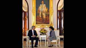 Prime Minister Stephen Harper speaks with Thailand's Prime Minister Yingluck Shinawatra during a meeting at Government House in Bangkok on March 23, 2012.