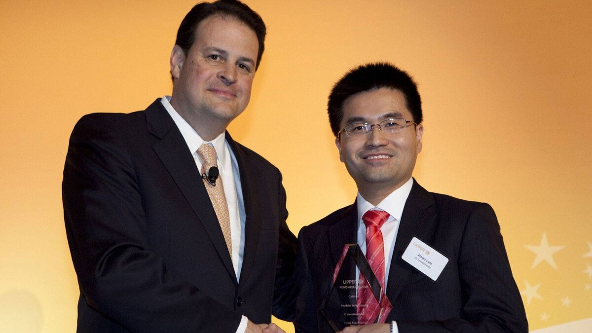 Jim Weber of Thomson Reuters, left, pictured with Alfred Lam, who receives the award for portfolio series income fund.