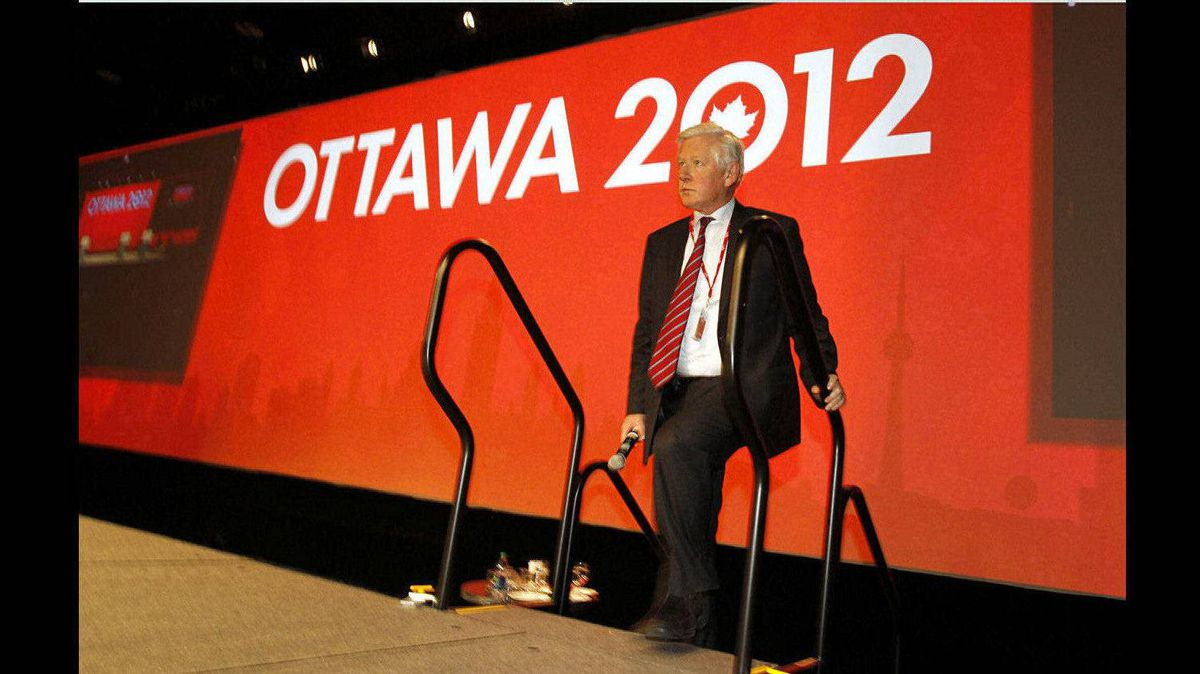 Bob Rae steps onto the stage to thank Michael Ignatief before the Presidential Candidates Debate at the Liberal Convention in Ottawa.
