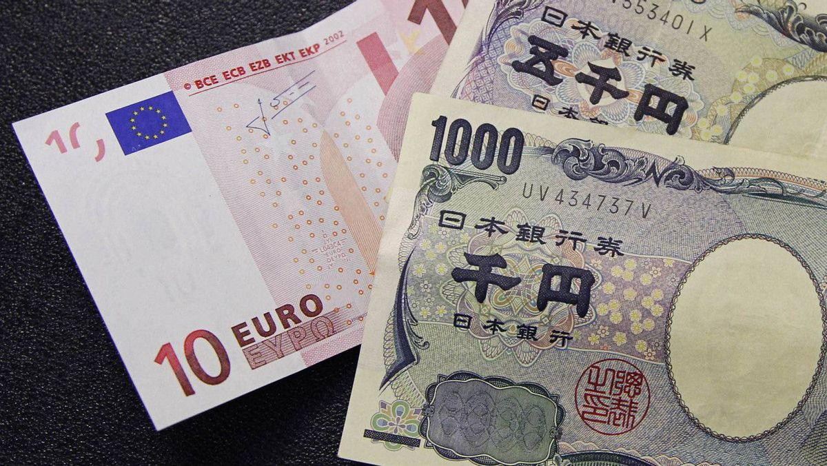 A 10 euro note (L) is spread out next to Japanese yen notes at a Bureau de Change in Brussels.