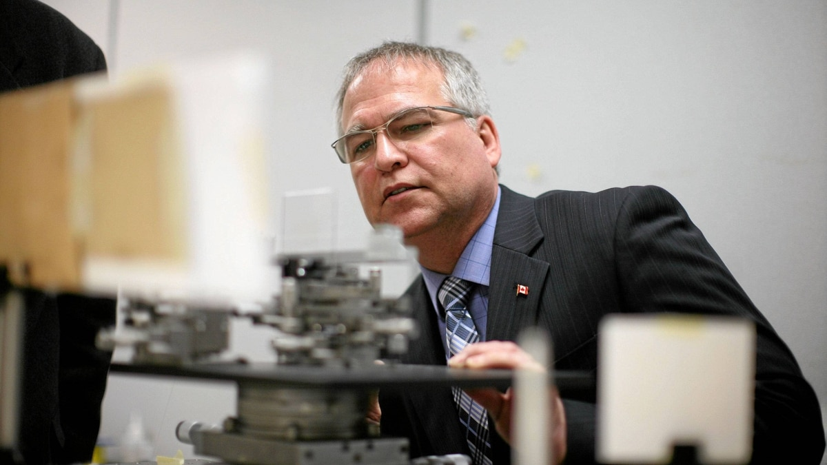 Minister of State for Science and Technology Gary Goodyear tours a laser lab at Carleton University in Ottawa on Feb. 13, 2012.