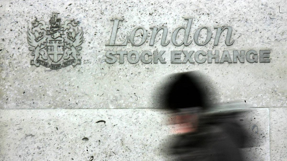 Two Italian banks, Unicredit and Intesa, are selling their shares in the London Stock Exchange. The pair of banks are the third and fourth largest shareholders of the listing, with 11.5 per cent of the shares between them.