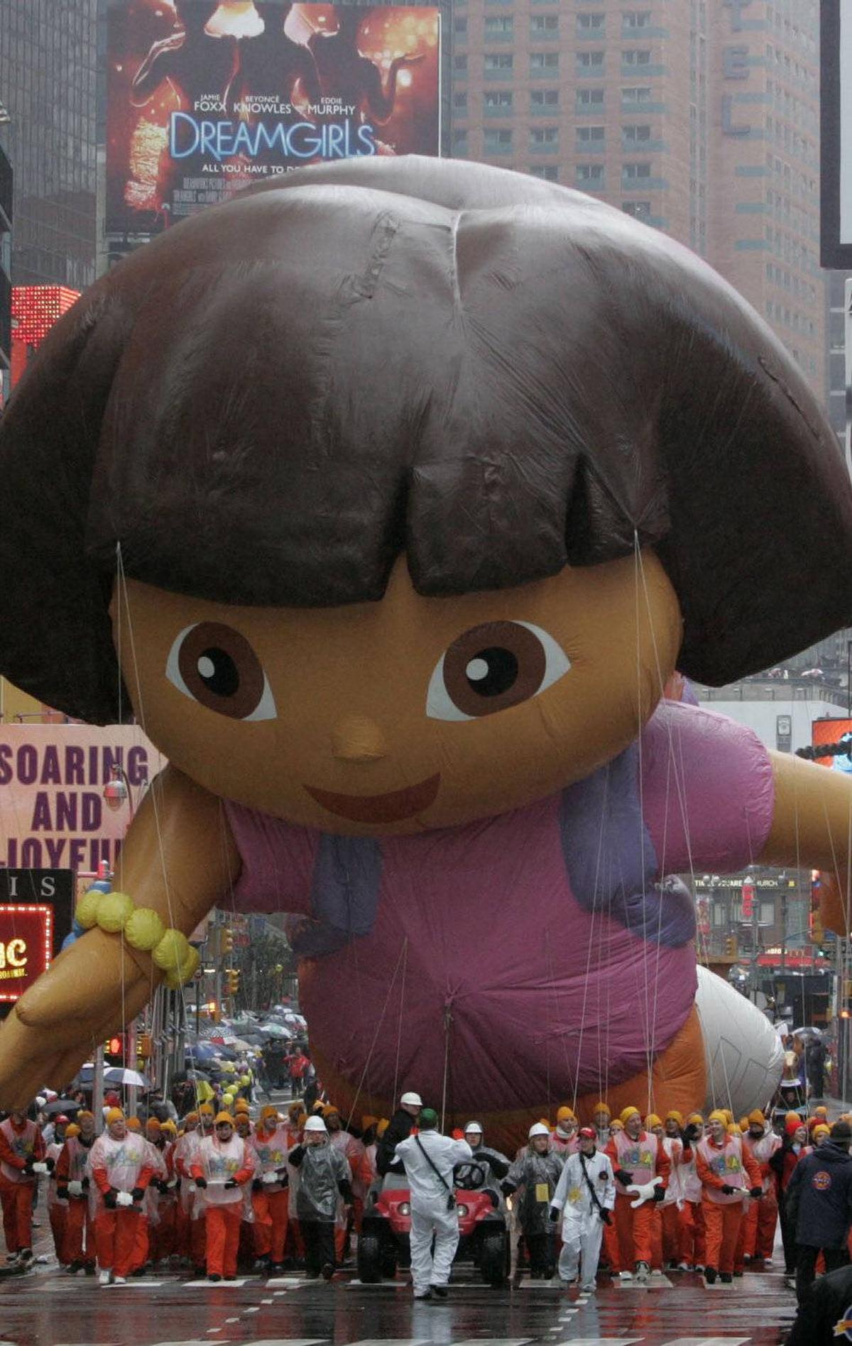 Aquí es un gran globo de Dora la Exploradora. Year: 2006 (Dora the Explorer)