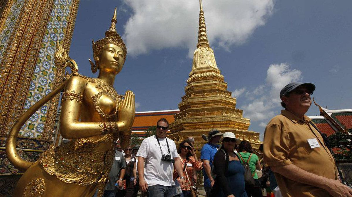 Tourists visit the Wat Phra Kaeo (Emerald Buddha Temple) in Bangkok February 28, 2012.