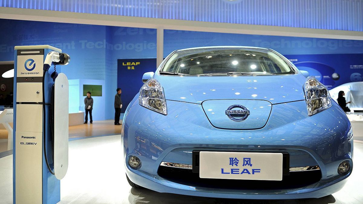 A Nissan Leaf electric car is displayed at the Shanghai Auto Show in Shanghai on April 19, 2011. About 2,000 car and parts makers from 20 countries are participating in the Shanghai auto show, showcasing 75 new car models, 19 of them making their world premieres. AFP PHOTO/Philippe Lopez (Photo credit should read PHILIPPE LOPEZ/AFP/Getty Images)