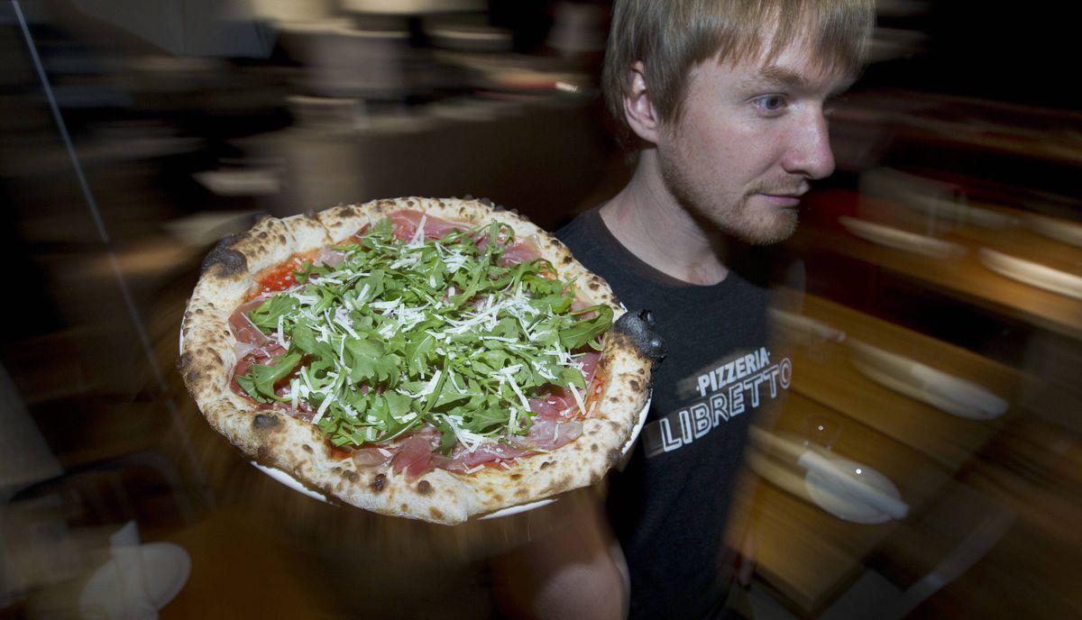 Waiter Matt Boden schleps a Libretto pizza