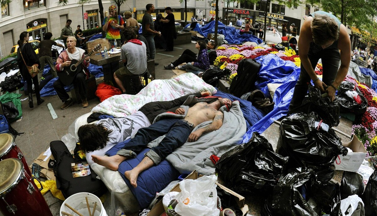"Demonstrators with ""Occupy Wall Street"" sleep in Zuccotti Park on September 29, 2011 in New York where demonstrators against the economic system have been gathering in New York City."