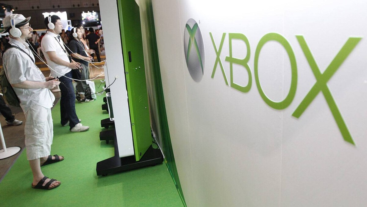 Visitors play with Microsoft's Xbox 360 consoles at the Tokyo Game Show in Chiba, east of Tokyo, September 15, 2011. The game show goes on till September 18.