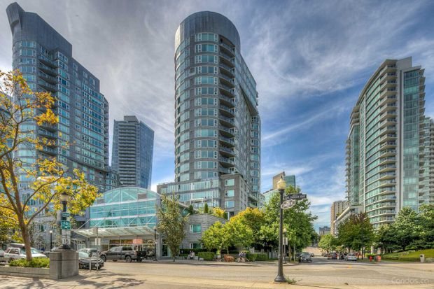 Coal Harbour condo sells under asking with multiple offers