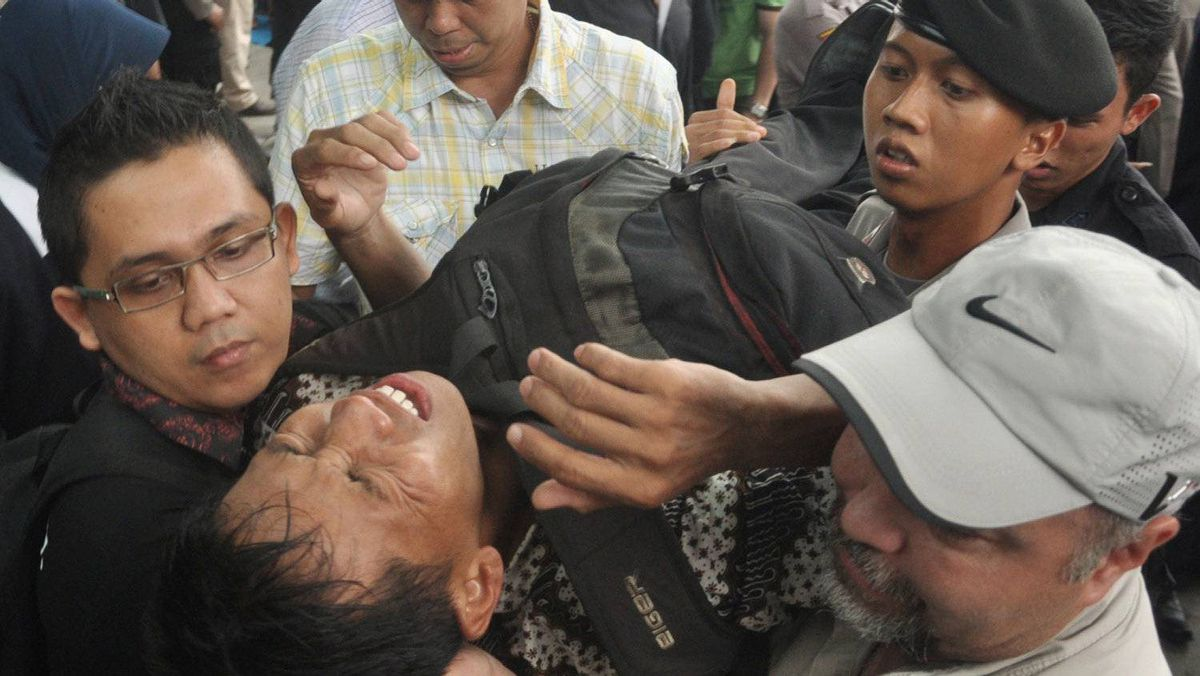 This file photo taken on November 25, 2011 shows security personnel evacuating a man after he collapsed while queueing for discounted BlackBerry smart phones at a mall in Jakarta. On December 5, 2011 Indonesian police named Research In Motion's country director a suspect for negligence after a BlackBerry promotion turned chaotic and left dozens injured and others knocked unconscious. Andrew Cobham, president director for Research in Motion (RIM) in Indonesia, and British security consultant Terry Burkey were named as two of four suspects in the incident at a Jakarta mall and could face five years' imprisonment.