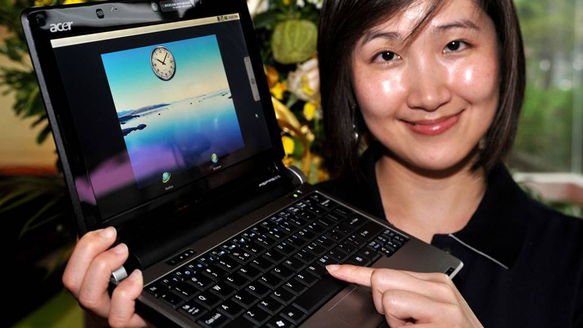 A woman displays a leatest Acer UX-30 notebook during Computex 2009 in Taipei on June 2, 2009. Asia's biggest information technology trade show opened in Taiwan, with the spotlight on low-priced notebook computers and an advanced broadband Internet mobile technology.
